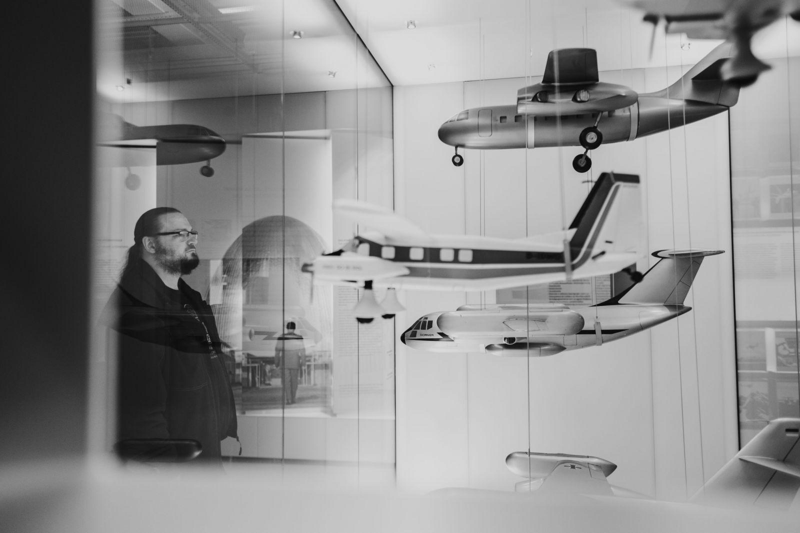 Fotograf Friedrichshafen - Mann betrachtet Ausstellung im Dorniermuseum in Friedrichshafen
